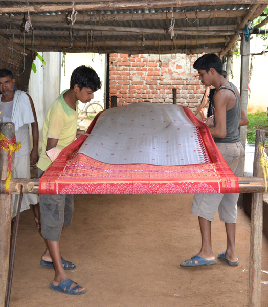 applying starch to a handloom saree