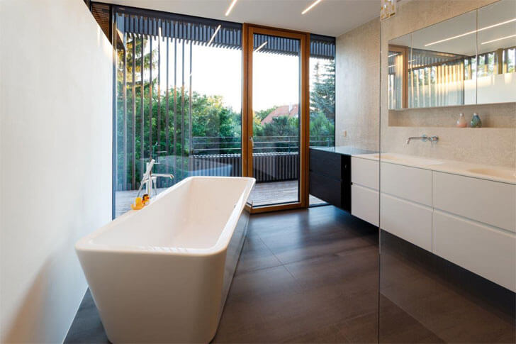 luxurious bath tub